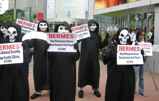 死神于印尼雅加达爱马仕门口抗议