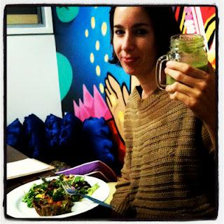 在家乡澳大利亚悉尼享受蔬果汁和素咸派。
