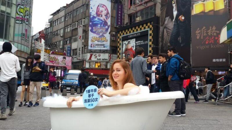 世界水日怎么庆祝?看看PETA美女成员公众沐浴!   近期新闻  亚洲